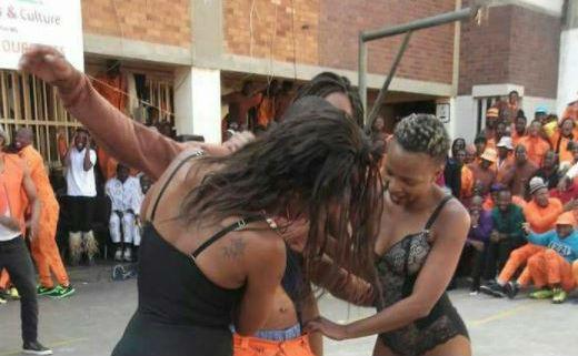 Des strip-teaseuses dans une prison créent le scandale — Johannesburg