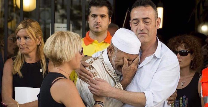 Un imam réconforté par le père d'une victime — Attentats en Catalogne