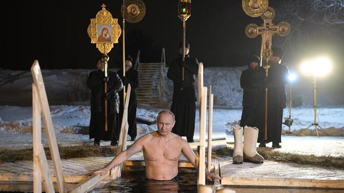Vladimir Poutine prend un bain gelé lors d'une fête orthodoxe