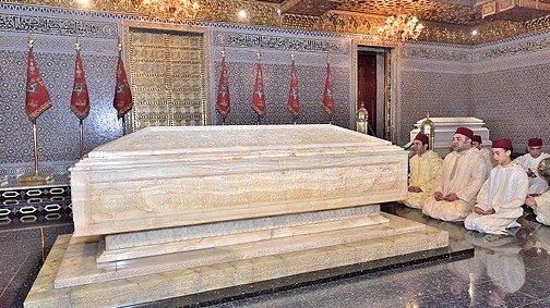 Mohammed VI se recueille sur la tombe de son grand-père Mohammed V