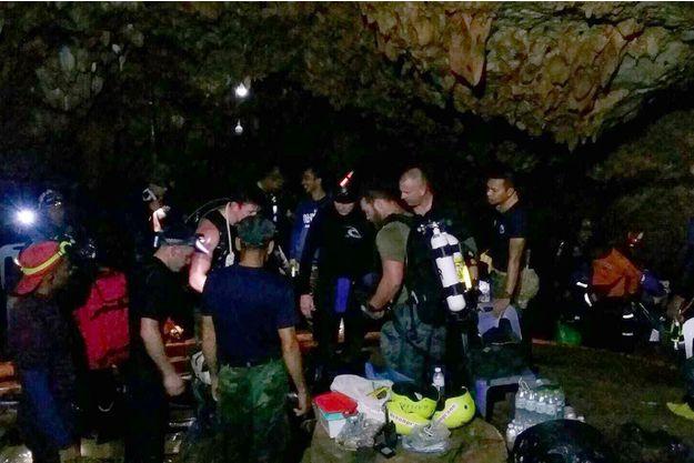 Un sauveteur meurt après avoir approvisionné les enfants — Grotte en Thaïlande