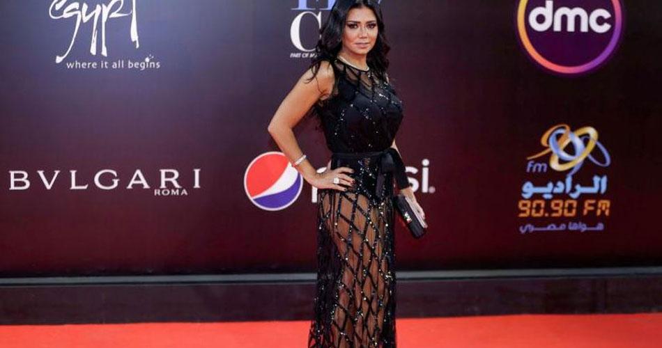 Une actrice, en robe transparente, poursuivie pour