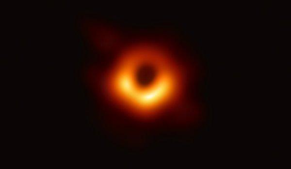 La photographie d'un trou noir révélée par l'EHT