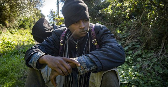 Ahmed, un migrant africain est caché le 16 janvier 2020 dans la forêt de Belyounech, dans le nord du Maroc, à quelques km de l'enclave espagnole de Ceuta.
