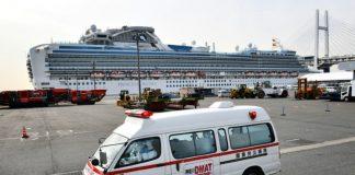 Une ambulance devant le navire de croisière Diamond Princess en quarantaine, le 7 février 2020 à Yokohama, au Japon
