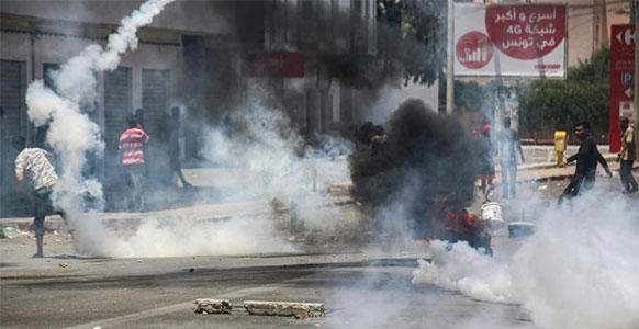 Heurts entre policiers et manifestants réclamant des emplois — Tunisie